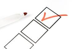 Etiqueta de plástico roja con el rectángulo de verificación Foto de archivo libre de regalías