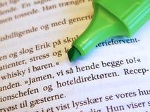 Etiqueta de plástico verde en el libro Imagenes de archivo