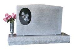 Etiqueta de plástico grave de la piedra sepulcral en blanco aislada con las flores Fotografía de archivo