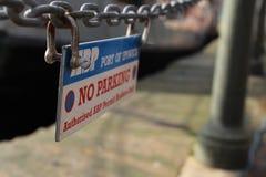 Etiqueta del estacionamiento prohibido imagenes de archivo