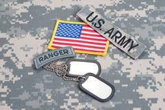Etiqueta del guardabosques del EJÉRCITO DE LOS EE. UU. con las placas de identificación en blanco en el uniforme del camuflaje Fotografía de archivo