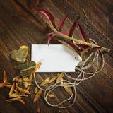 Etiqueta del precio, en fondo de madera del otoño, calabaza de los corazones Fotografía de archivo