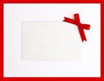 Etiqueta del regalo con el arqueamiento rojo fotos de archivo