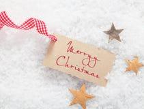 Etiqueta del regalo con el saludo de la Feliz Navidad Imagen de archivo