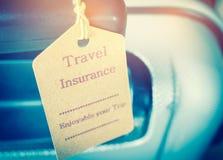 Etiqueta del seguro del viaje en seguridad de la maleta con las letras y agradable Fotografía de archivo