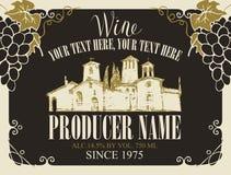 Etiqueta del vector para el vino con la inscripción caligráfica, el paisaje a mano del pueblo europeo y los manojos de uvas en ma stock de ilustración