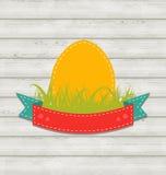 Etiqueta del vintage con el huevo de Pascua en fondo de madera Imagenes de archivo