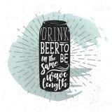 Etiqueta dibujada mano con la lata de cerveza, el resplandor solar y las letras Fotos de archivo
