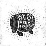 Etiqueta dibujada mano del vintage con el barril de cerveza, el resplandor solar y las letras Imagen de archivo