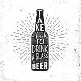 Etiqueta dibujada mano del vintage con la botella de cerveza, el resplandor solar y las letras Imagenes de archivo