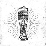 Etiqueta dibujada mano del vintage con la cerveza bocal, el resplandor solar y las letras Fotos de archivo libres de regalías