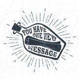 Etiqueta dibujada mano del vintage con la letra texturizada en una botella