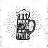 Etiqueta dibujada mano del vintage con la taza de cerveza, el resplandor solar y las letras Foto de archivo