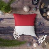 Etiqueta do ano novo feliz com a bandeira de M?naco no descanso Conceito da decora??o do Natal na tabela de madeira com objetos b fotografia de stock royalty free
