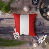Etiqueta do ano novo feliz com a bandeira do Peru no descanso Conceito da decora??o do Natal na tabela de madeira com objetos bon fotos de stock