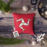 Etiqueta do ano novo feliz com a ilha da bandeira do homem no descanso Conceito da decora??o do Natal na tabela de madeira com ob imagem de stock royalty free
