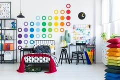 Etiqueta do arco-íris no quarto do ` s da criança fotografia de stock