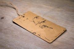 Etiqueta do cartão de Brown na tabela de madeira Etiqueta vazia para seu projeto foto de stock