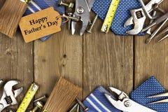 Etiqueta do dia de pais com ferramentas e quadro dos laços na madeira Imagens de Stock