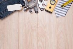 Etiqueta do dia de pais com ferramentas e quadro dos laços na madeira Fotografia de Stock