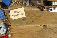 Etiqueta do dia de pais e beira do canto das ferramentas na madeira Foto de Stock Royalty Free