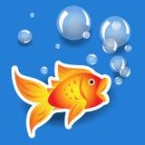 Etiqueta do goldfih dos desenhos animados com bolhas sobre o azul Foto de Stock