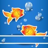 Etiqueta do goldfih dos desenhos animados com bolhas sobre o cartão azul Fotografia de Stock Royalty Free