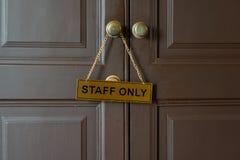 Etiqueta do ouro do pessoal somente que pendura no botão na frente da sala imagens de stock