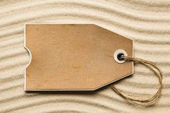 Etiqueta do papel vazio na areia da praia Imagens de Stock Royalty Free
