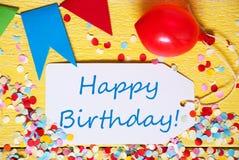 A etiqueta do partido, balão vermelho, Text o feliz aniversario Fotos de Stock