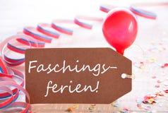 A etiqueta do partido com flâmula, balão, Faschingsferien significa feriados do carnaval foto de stock royalty free