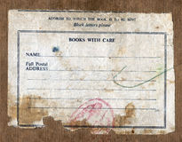 Etiqueta do porte postal do vintage na caixa velha imundo da entrega. Imagem de Stock Royalty Free