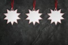 Etiqueta do preço de três estrelas sobre o fundo preto da ardósia com espaço da cópia imagem de stock royalty free