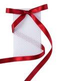 etiqueta do presente com curva da fita do vinho tinto no isolsted para trás Fotografia de Stock