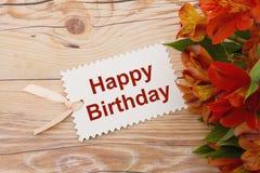 Etiqueta do presente do feliz aniversario com flores Fotos de Stock Royalty Free