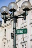 Etiqueta do WC na rua Imagens de Stock