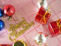Etiqueta dourada do Feliz Natal com ornamento fotos de stock royalty free