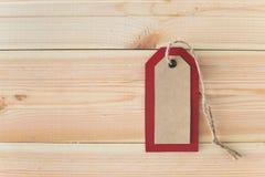 Etiqueta e corda vermelhas recicladas do papel do ofício no fundo de madeira da tabela do vintage com espaço da cópia gratuita Vi foto de stock royalty free