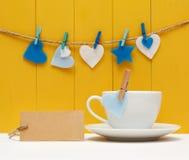 Etiqueta en blanco con los corazones y la taza de café Fotos de archivo