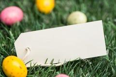 Etiqueta en blanco con los huevos de Pascua Fotografía de archivo