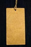 Etiqueta en blanco en los pantalones vaqueros Imagenes de archivo