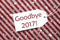 Etiqueta en el papel rojo, copos de nieve, texto adiós 2017 Fotografía de archivo