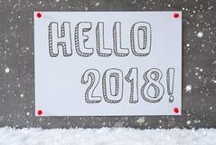 Etiqueta en la pared del cemento, copos de nieve, texto hola 2018 Fotos de archivo libres de regalías