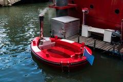 Etiqueta encarnado com o fogão derretido em Rotterdam O conceito da banheira de hidromassagem em um Jacuzzi madeira-ateado fogo d foto de stock