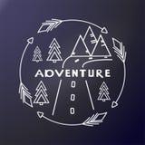Etiqueta engomada al aire libre aventura Árboles, camino y montañas en el marco redondo de flechas impresi?n en la materia textil stock de ilustración