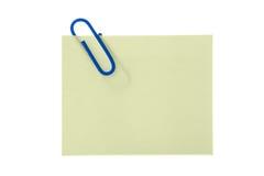 Etiqueta engomada amarilla de papel con el clip Fotografía de archivo