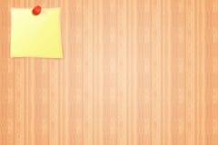 Etiqueta engomada amarilla en un fondo del tablero de madera del aviso Fotografía de archivo
