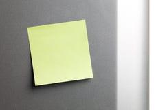 Etiqueta engomada amarilla vacía en el refrigerador Foto de archivo libre de regalías
