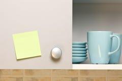 Etiqueta engomada amarilla vacía en puerta de cabina Imagen de archivo libre de regalías