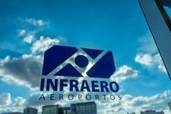 Etiqueta engomada de Infraero Aeroportos sobre el vidrio de visión en el aeropuerto de Congonhas Imagenes de archivo